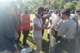 Sat Sabhara Polres Sumbawa Barat sekuat tenaga hadang pengunjuk rasa yang mengamuk