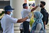 Petugas melakukan tes suhu badan sejumlah peserta sebelum mengikuti Ujian Tulis Berbasis Komputer Seleksi Bersama Masuk perguruan Tinggi (UTBK-SBMPTN) di Universitas Syiah Kuala (Unsyiah) Banda Aceh, Minggu (5/7/2020). UTBK-SBMPTN yang diikuti sekitar 9.000 peserta dari berbagai daerah itu berlangsung hingga 11 Juli 2020 dengan menerapkan protokol kesehatan untuk mencengah penyebaran COVID-19. Antara Aceh/Ampelsa.