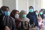 Sejumlah peserta mengantre sebelum masuk ke ruangan Ujian Tertulis Berbasis Komputer (UTBK) di Fakultas Teknik Universitas Lambung Mangkurat Banjarmasin, Kalimantan Selatan, Minggu (5/7/2020). Universitas Lambung Mangkurat mengadakan UTBK yang merupakan tahapan yang harus dilalui calon mahasiswa untuk melihat kemampuan sebelum mengikuti Seleksi Bersama Masuk Perguruan Tinggi Negeri (SBMPTN) 2020 dengan menerapkan protokol kesehatan secara ketat untuk mencegah penyebaran pandemi COVID-19. Foto Antaranews Kalsel/Bayu Pratama S.