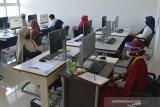 Peserta bersiap mengerJakan soal Ujian Tulis Berbasis Komputer Seleksi Bersama Masuk perguruan Tinggi (UTBK-SBMPTN) di Universitas Syiah Kuala (Unsyiah) Banda Aceh, Minggu (5/7/2020). UTBK-SBMPTN yang diikuti sekitar 9.000 peserta dari berbagai daerah itu berlangsung hingga 11 Juli 2020 dengan menerapkan protokol kesehatan untuk mencengah penyebaran COVID-19. Antara Aceh/Ampelsa.
