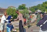 Petugas COVID-19 sosialisasikan protokol kesehatan ke pengunjung Cengklik