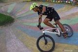 Atlet downhill melakukan latihan menggunakan sepeda bmx di sirkuit Taman Lalu Lintas Bantaran Sungai Madiun, Kota Madiun, Jawa Timur, Minggu (5/7/2020). Meskipun masih dalam masa pandemi COVID-19, sejumlah atlet downwill mulai melakukan latihan kembali guna menyiapkan diri bila sewaktu-waktu ingin mengikuti kejuaraan downhill. Antara Jatim/Siswowidodo/zk