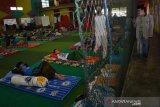 Santri baru menjalani isolasi mandiri di Pondok Pesantren Al Aqobah 4, Desa Kwaron, Kecamatan Diwek, Kabupaten Jombang, Jawa Timur, Senin (6/7/2020). Menurut pengasuh Ponpes Al Aqobah, ada ratusan santri yang sudah tiba di pesantren tersebut secara bertahap dan langsung menjalani isolasi mandiri selama dua pekan sebelum masuk ke asrama. Sebelumnya mereka harus memeriksakan kondisi kesehatannya dan dilakukan rapid test untuk mencegah penyebaran COVID-19. Antara Jatim/Syaiful Arif/zk