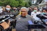 Gubernur serahkan bantuan bagi pedagang-pelaku IKM terdampak COVID