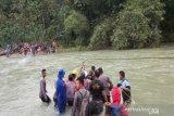 Basarnas mengevakuasi 33 orang terjebak di Sungai Lamesou Konawe Utara