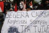 Warga berunjuk rasa menuntut pencairan dana kompensasi tempat pembuangan akhir (TPA) Klotok di Balai Kota Kediri, Jawa Timur, Senin (6/7/2020). Aksi puluhan warga Kelurahan Pojok yang bertempat tinggal dekat dengan TPA tersebut dipicu belum dibayarkannya dana kompensasi dampak TPA tahun 2020 sekaligus menuntut transparansi pembagian bantuan sosial dampak COVID-19 yang dinilai tidak sesuai dengan ketentuan. Antara Jatim/Prasetia Fauzani/zk.