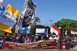 Sejumlah warga yang tergabung Aliansi Umat Peduli NKRI berunjuk rasa di Alun-alun Serang, Banten, Minggu (5/7/2020). Mereka menuntut DPR agar mencabut dan menghentikan pembahasan RUU Haluan Ideologi Pancasila (RUU HIP). ANTARA FOTO/Asep Fathulrahman/aww.