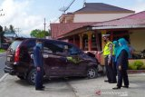 Sopir mengantuk, mobil yang dikendarai pegawai negeri sipil Pengadilan Agama Muaralabuh tabrak rumah