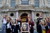 Pemandu wisata di Paris unjuk rasa di luar Museum Louvre