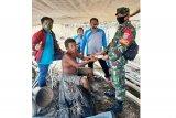 Babinsa, Bhabinkamtibmas dan Kades di Mura serahkan BLT DD