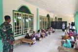 Prajurit TNI bantu mengajar  baca Al-Quran di Bengkayang