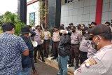 Mahasiswa demo dugaan penggelembungan pengadaan laptop Disdik Kepri