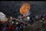 Warga berebut sesaji yang dilempar oleh masyarakat Suku Tengger ke kawah Gunung Bromo dalam rangka perayaan Yadnya Kasada, Probolinggo, Jawa Timur, Selasa (7/7/2020). Perayaan Yadnya Kasada merupakan bentuk ungkapan syukur dan penghormatan kepada leluhur masyarakat Suku Tengger dengan cara melarung sesaji berupa hasil bumi dan ternak ke kawah Gunung Bromo. ANTARA FOTO/Zabur Karuru/nym.