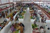 Pengunjung berbelanja sayur dan barang kebutuhan lainnya saat peresmian Pasar Rakyat Al Mahirah di pesisir Desa Lamdingin, Banda Aceh, Selasa (7//7/2020). Pasar Rakyat Al Mahirah yang dibangun sejak tahun 2016 itu bertujuan untuk membuka ekonomi baru daerah pesisir dengan kapasitas sebanyak 548 lapak atau kios dan sebagian pedagang yang berjualan di pasar itu merupakan pindahan dari pasar lama Peunayung yang saat ini dalam tahap penataan kota Banda Aceh. Antara Aceh/Ampelsa.