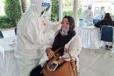 Pemerintah Kota Bogor saat menyelenggarakan Swab Test di Stasiun KRL Bogor, Selasa (7/7/2020) untuk menelusuri dan memetakan potensi penularan Coviid-19 di moda transportasi nassal commuter line atau kereta rel listrik (KRL). Pemkot Bogor menyediakan Kit Swab Test untuk 200 orang penumpang KRL. Sampel Swab Test akan dilakukan uji polymerase chain reaction (PCR) di Laboratorium di Jakarta,  dan hasilnya akan diketahui akan diketahui dakam empat hari ke depan. (Foto: Megapolitan.Antaranews.Com/ Riza Harahap).