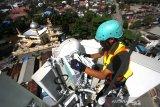 Teknisi melakukan pemeliharaan perangkat Base Transceiver Station (BTS) milik XL Axiata di Banjarmasin, Kalimantan Selatan, Selasa (7/7/2020). XL Axiata siap memasuki era new normal, termasuk menyediakan jaringan data yang memadai untuk melayani sekitar satu juta pelanggan di seluruh Kalimantan Selatan. Berdasarkan trafik data XL Axiata saat ini telah kembali melandai setelah sempat meningkat secara rata-rata hingga 15 persen dibandingkan hari normal sebelum ada pandemi Covid-19. Foto Antaranews Kalsel/Bayu Pratama S.