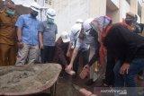 Pedagang buah terharu dibangunkan kios oleh CSR Bank Nagari di Padang Panjang