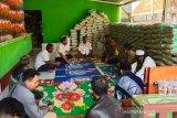 Polisi mengawal pemakaman jenazah positif COVID-19 Lombok Barat