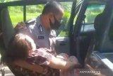 Mobil patroli polisi tolong ibu melahirkan