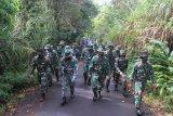 Personel Lantamal VIII latih kemampuan fisik mendaki Gunung Mahawu