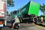 Kecelakaan tunggal truk kontainer