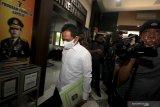 Bupati Lumajang Thoriqul Haq berjalan memasuki Gedung Ditreskrimsus Polda Jawa Timur, Surabaya, Jawa Timur, Kamis (9/7/2020). Bupati Lumajang Thoriqul Haq memenuhi panggilan Polda Jawa Timur untuk diperiksa sebagai saksi untuk kasus dugaan pencemaran nama baik yang dilaporkan oleh salah satu pengusaha. Antara Jatim/Didik/Zk