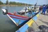 Kepala Bagian Bidang Operasional Ditpolairud Polda Aeh, AKBP Sulasnawan (kedua kanan) berbicara dengan dua nakhoda  kapal ikan saat gelar kasus di Banda Aceh, Aceh, Kamis (9/7/2020). Ditpolairud Polda Aceh dalam patroli rutin di perairan Banda Aceh dan wilayah Aceh Jaya menangkap dua unit kapal ikan beserta mengamankan dua nakhoda karena tidak dilengkapi surat izin belayar dan Surat Izin Penangkapan Ikan (SIPI). Antara Aceh/Ampelsa.