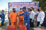 Petugas Ditpolairud Polda Aeh, memeriksa dua unit kapal ikan nelayan lokal yang ditangkap saat gelar kasus di Banda Aceh, Aceh, Kamis (9/7/2020). Ditpolairud Polda Aceh dalam patroli rutin di perairan Banda Aceh dan wilayah Aceh Jaya menangkap dua unit kapal ikan beserta mengamankan dua nakhoda karena tidak dilengkapi surat izin belayar dan Surat Izin Penangkapan Ikan (SIPI). Antara Aceh/Ampelsa.