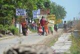 Warga menggelar aksi unjuk rasa menolak pembangunan flyover atau jalan layang untuk pejalan kaki di pelintasan sebidang jalur ganda KA yang melintasi Dusun Karangnongko, Desa Mojoranu, Kecamatan Sooko, Kabupaten Mojokerto, Rabu (8/7/2020). Mereka menuntut PT KAI membangun underpass yang bisa dilalui kendaraan bukan jalan layang untuk pejalan kaki, sehingga memudahkan warga beraktivitas saat hendak menuju ke dusun seberang rel di Desa setempat. Antara Jatim/Syaiful Arif/zk