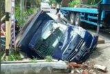Mobil boks di Lombok Tengah terjun ke kali