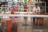 Pengunjung menikmati hidangan makanan di pusat jajanan serba ada (Food Court) di Bandung Electronic Center (BEC), Bandung, Jawa Barat, Kamis (9/7/2020). Sejumlah pengelola restoran dan pusat jajanan menerapkan protokol kesehatan ketat seperti pembatas di meja makan dan pengaturan jarak meja guna mencegah penyebaran COVID-19 di era tatanan normal baru. ANTARA JABAR/M Agung Rajasa/agr