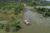 Sejumlah kendaraan terjebak banjir dan terpaksa diievakuasi dengan menggunakan rakit di jalan trans sulawesi di Desa Sambandete, Kabupaten Konawe Utara, Sulawesi Tenggara, Rabu (8/7/2020). Jalan trans Sulawesi Tenggara-Sulawesi Tengah terputus akibat banjir dari luapan air Sungai Lalindu karena tingginya curah hujan dalam tiga hari terakhir. ANTARA FOTO/Asrun/JJ/foc.