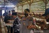 Selain petugas keamanan, Bhabinkamtibmas Kajai Pasaman Barat kembangkan ayam petelur