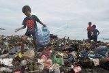 Anak-anak mengumpulkan barang bekas yang bisa dijual di antara timbunan sampah Pantai Muaro Lasak, Padang, Sumatera Barat, Kamis (9/7/2020). Menteri Lingkungan Hidup dan Kehutanan (LHK) Siti Nurbaya mengatakan timbunan sampah pada 2020 diperkirakan mencapai 67,8 juta ton, jumlah tersebut dapat terus bertambah seiring pertumbuhan jumlah penduduk dan meningkatnya kesejahteraan masyarakat. ANTARA FOTO/Iggoy el Fitra/nz