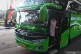 Pemandu wisata turun dari bus pariwisata yang dialih fungsikan menjadi cafe wisata berjalan dengan nama  Ngopi Uklam 87 di Malang, Jawa Timur, Jumat (10/7/2020).  Cafe wisata berjalan tersebut dioperasikan sebagai upaya kreatif pengusaha bus pariwisata agar armadanya tetap beroperasi sekaligus membangkitkan sektor pariwisata yang belum sepenuhnya pulih akibat pandemi COVID-19. Antara Jatim/Ari Bowo Sucipto/zk.