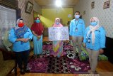 Perwakilan PT AXA Mandiri Financial Services (AXA Mandiri) Rini (kiri) menyerahkan pembayaran klaim asuransi jiwa secara simbolis kepada ahli waris nasabah AXA Mandiri Amaliah (tengah) di Banjarmasin, Kalimantan Selatan, Jumat (10/7/2020). Melalui manfaat perlindungan asuransi jiwa tersebut, keluarga yang ditinggalkan dapat terbantu secara finansial untuk terus melanjutkan hidup, ketika tulang punggung keluarga tutup usia. AXA Mandiri telah menyediakan perlindungan asuransi kepada lebih dari satu juta nasabah, serta telah membayarkan klaim dan maanfaat sebesar Rp 5,3 triliun pada tahun 2019 lalu. Foto Antaranews Kalsel/Bayu Pratama S.