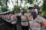 Sejumlah Polisi wanita menggunakan pelindung wajah serta masker saat bersiaga di depan DPRD Provinsi Kalsel ketika berlangsung aksi unjuk rasa di Jalan Lambung Mangkurat Banjarmasin, Kalimantan Selatan, Jumat (10/7/2020). Para pengunjuk rasa menolak Rancangan Undang-Undang Haluan Ideologi Pancasila (RUU HIP) karena dinilai mengandung unsur komunisme dan berharap pemerintah mencabut RUU HIP dari program legislasi nasional (Prolegnas) 2020. Foto Antaranews Kalsel/Bayu Pratama S.