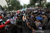 Peserta gabungan dari sejumlah ormas mengikuti unjuk rasa di Jalan Lambung Mangkurat Banjarmasin, Kalimantan Selatan, Jumat (10/7/2020). Mereka menolak Rancangan Undang-Undang Haluan Ideologi Pancasila (RUU HIP) karena dinilai mengandung unsur komunisme dan berharap pemerintah mencabut RUU HIP dari program legislasi nasional (Prolegnas) 2020. Foto Antaranews Kalsel/Bayu Pratama S.