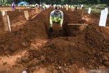 Penggali makam jenazah COVID-19 mulai tak bersemangat
