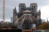 Aktivis Greenpeace gantung spanduk perubahan iklim di atas Notre-Dame