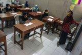 Suasana belajar mengajar yang menerapkan protokol kesehatan di SMP Islam Takhassus Tahfidzul Quran Simbang Kulon, Pekalongan, Jawa Tengah, Kamis (9/7/2020). SMP yang juga Pondok Pesantren Al Khoirot Terpadu tersebut menerapkan protokol kesehatan di normal baru saat memasuki proses belajar guna mencegah penularan COVID-19. ANTARA FOTO/Harviyan Perdana Putra/aww.