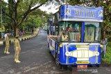 Bus pariwisata parkir di Kawasan Kantor Tourism Information Center (TIC) saat pelepasan konvoi bus di Kabupaten Ciamis, Jawa Barat, Sabtu (11/7/2020). Sebanyak 24 bus pariwisata yang tergabung dalam Ikatan Perusahaan Otobus Priangan timur (IPOTI) melakukan konvoi dari Tasikmalaya menuju Pangandaran untuk mempromosikan pariwisata di Jabar setelah memasuki era normal baru dengan tetap menerapkan protokol kesehatan. ANTARA JABAR/Adeng Bustomi/agr