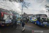 Rombongan bus pariwisata bersiap menggelar konvoi di Kawasan Kantor Tourism Information Center (TIC) saat pelepasan konvoi bus di Kabupaten Ciamis, Jawa Barat, Sabtu (11/7/2020). Sebanyak 24 bus pariwisata yang tergabung dalam Ikatan Perusahaan Otobus Priangan timur (IPOTI) melakukan konvoi dari Tasikmalaya menuju Pangandaran untuk mempromosikan pariwisata di Jabar setelah memasuki era normal baru dengan tetap menerapkan protokol kesehatan. ANTARA JABAR/Adeng Bustomi/agr