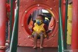 Seorang anak berada di taman bermain di ruang wisata publik yang baru dibuka setelah lebih dari dua bulan ditutup untuk umum di Alun-alun Batu, Jawa Timur, Sabtu (11/7/2020). Selain menerapkan protokol kesehatan yang ketat, pengelola ruang wisata publik tersebut juga membatasi jumlah pengunjung serta mengurangi batas waktu kunjungan guna mencegah penyebaran COVID-19. Antara Jatim/Ari Bowo Sucipto/zk.
