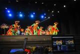 Sejumlah penari mementaskan tarian nindak nandak di gedung Kesenian Jakarta (GKJ), Jakarta Pusat, Minggu (28/6/2020). Pentas tari dan lenong yang disiarkan secara daring tersebut untuk menggalang donasi bagi seniman Betawi yang terdampak pandemi COVID-19. ANTARA FOTO/ Fakhri Hermansyah/aww.