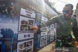 Komandan Batalyon Armed 10 Mayor Arm Danny A P Girsang saat mengecek proses pembangunan rumah yang sudah dibangun setelah mendapatkan bantuan bedah rumah di Sukaraja, Kabupaten Bogor, Jawa Barat, Sabtu (11/7/2020). Bantuan bedah rumah tidak layak huni tersebut merupakan bakti sosial TNI membangun desa, serta sebagai rangkaian HUT Yon Armed 10 Bradjamusti Kostrad.  (Foto: ANTARA/Yulius Satria Wijaya/Dok).