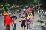 Warga berolahraga di kawasan Jalan Jendral Sudirman Banjarmasin, Kalimantan Selatan, Minggu (12/7/2020). Warga tetap berolahraga meski Hari Bebas Kendaraan Bermotor (HBKB) atau Car Free Day (CFD) di tiadakan dengan alasan menghindari terjadinya kerumunan warga untuk mencegah penyebaran COVID-19. Foto Antaranews Kalsel/Bayu Pratama S.