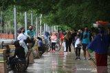 Warga bersantai di kawasan Siring Sungai Martaputa Jalan Jendral Sudirman Banjarmasin, Kalimantan Selatan, Minggu (12/7/2020). Warga tetap berolahraga meski Hari Bebas Kendaraan Bermotor (HBKB) atau Car Free Day (CFD) di tiadakan dengan alasan menghindari terjadinya kerumunan warga untuk mencegah penyebaran COVID-19. Foto Antaranews Kalsel/Bayu Pratama S.