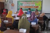 Orang tua siswa baru mengikuti pengarahan saat Masa Pengenalan Lingkungan Sekolah (MPLS) di SDN Lawangan Daya 2, Pamekasan, Jawa Timur, Sabtu (11/7/2020). Dalam pertemuan tersebut disampaikan tentang sistem pembelajaran dimasa Pandemi COVID-19 dan pelaksanaan MPLS bagi siswa baru yang akan dilaksanakan secara Daring. Antara Jatim/Saiful Bahri/zk