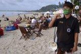Pecalang Jimbaran awasi pengunjung pantai terapkan protokol kesehatan
